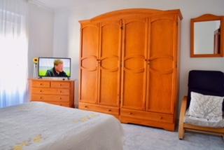 Habitacion con tv , aire acondicionado y calefaccion en casa rural en caceres