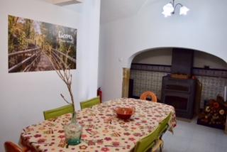 salon con chimenea y horno de leña en casa rural en caceres